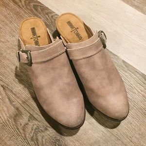 Minnetonka Billie Mule Clogs SH18